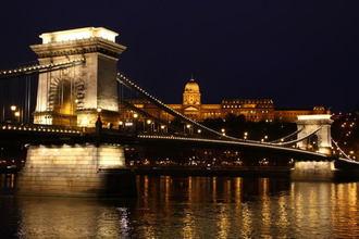 くさり橋と王宮